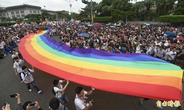 5月24日將為同性婚姻合法化首日,日前台北市民政局率先各縣市,開始受理電話預約當天的同性婚姻登記。據路透社報導,連跨國公司也相當看好台灣同婚合法後將有助於台灣經濟發展。(資料照)