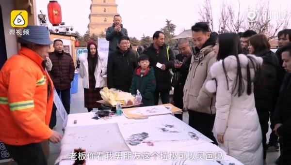 攤位現場吸引眾多遊客前來,還有遊客俏皮問說「能拿男朋友買畫嗎?」(圖擷取自梨視頻)