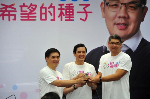 國民黨主席馬英九(中)20日主持中常會,與台北市長郝龍斌(左)將希望種子傳承給台北市長參選人連勝文(右)。(記者簡榮豐攝)