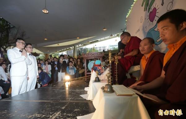 同志情侶蔡意欽與佑佑的婚禮,也在西藏東周札西仁波切的祝福下,完成終生大事。(記者張嘉明攝)