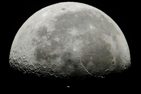 根據美國最新的研究,月球上真的有水,而且就位於容易取得的月球表層坑洞內,以「水冰」的型態存在。(資料照,歐新社)