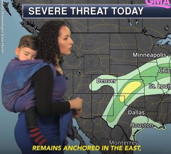 最狂老媽!美專家報氣象... ,背孩子登場獲好評。(圖擷自YouTube)