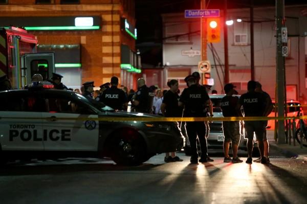 加拿大時間22日晚間,多倫多市的希臘城街頭發生槍枝濫射案,中彈的15人內,18歲少女與10歲女童不幸身亡。(路透)