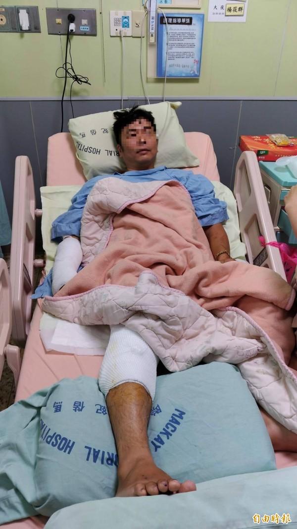 趙姓工人傷勢嚴重,右手、腳骨折,右半身傷勢嚴重,甚至出現氣胸狀況,目前無法依靠拐杖行走。(記者王宣晴攝)