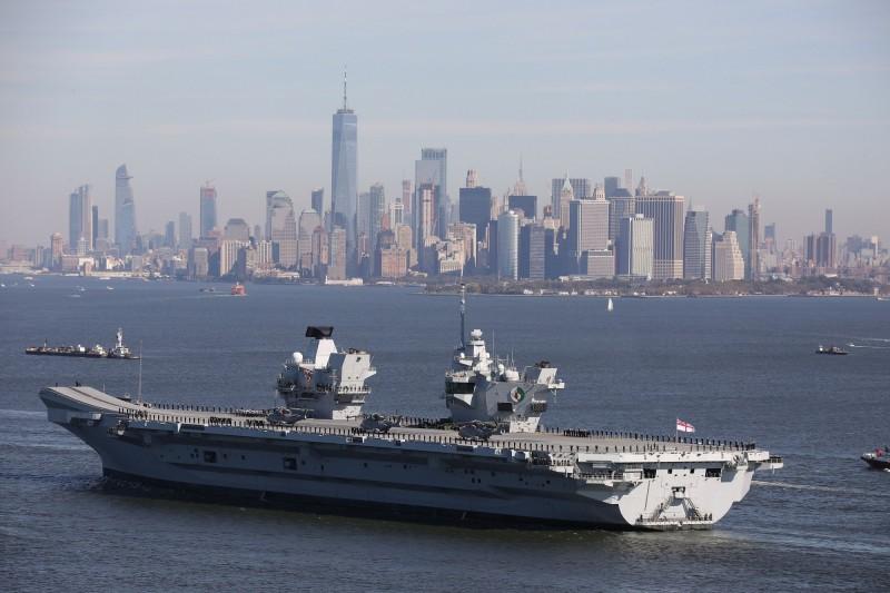 英國皇家海軍最新航母「伊麗莎白女王號」,傳出出現船艙內部漏水問題,險些淹死3名船員,被迫回港維修。(法新社)
