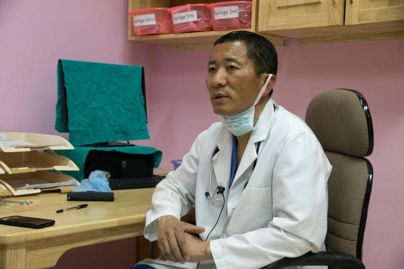 領導不丹政府的總理希林,週末紓壓方式竟是行醫動手術。(法新社)