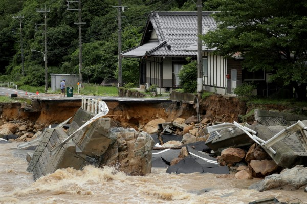 日本廣島縣道路被暴雨沖毀。(歐新社)