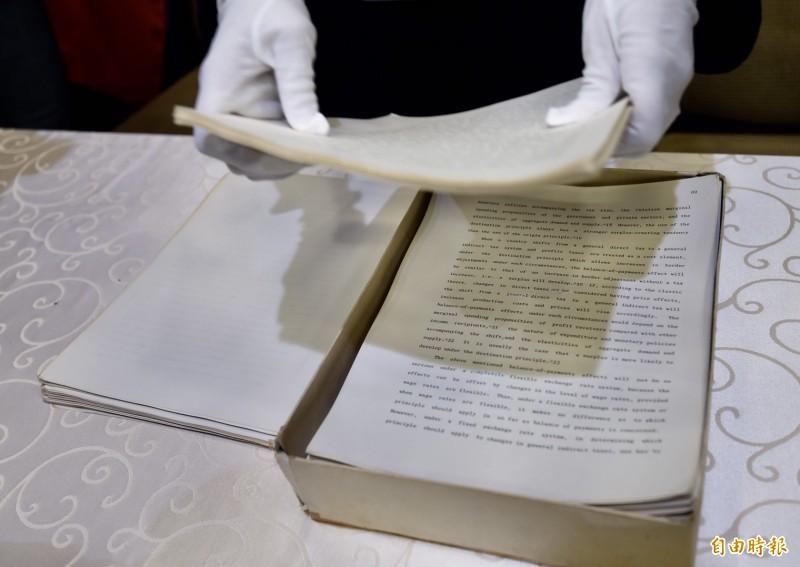 總統府今公布總統蔡英文的博士論文原始文件,總統同時決定授權國家圖書館將她的論文公開閱覽。(記者簡榮豐攝)