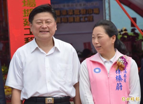 段宜康指出,前花蓮縣長傅崐萁(左)去年編列235萬元,讓甫當選花蓮縣長的夫人徐榛蔚(右)風光就職。(資料照)