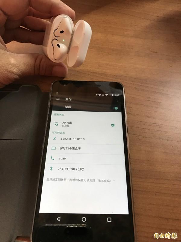 AirPods不只能和Apple iPhone、iPad、Macbook等產品連線,連Google手機也能連線使用。(記者陳炳宏攝)