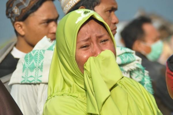 印尼蘇拉威西島遭6.1與7.5強震襲擊,又被6公尺高的恐怖海嘯沖走人群,目前已造成384死540傷。(法新社)