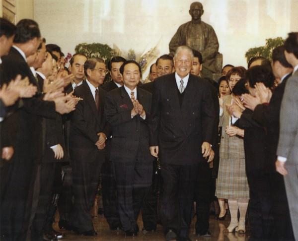國民黨主席李登輝於2000年3月24日提前辭卸黨主席一職,為12年的國民黨「李登輝時代」劃下休止符。(資料照)