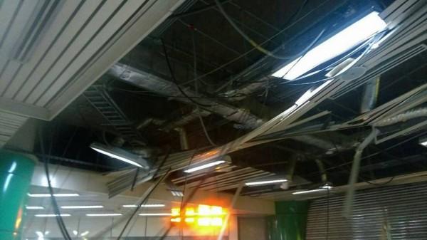 受到梅姬颱風影響,北捷新店站的天花板都被吹垮了。(圖擷自台北捷運臉書)