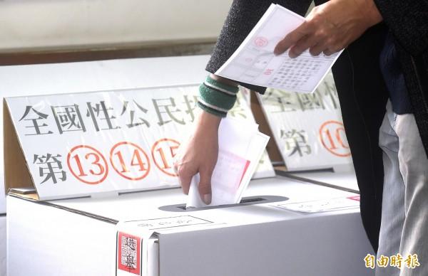 今年九合一大選綁10項公投案,掀起外界高度關注,其中「東奧正名」公投案闖關失敗,讓日本部分網友驚訝,也讓人聯想到2008年的「入聯公投」。(資料照)