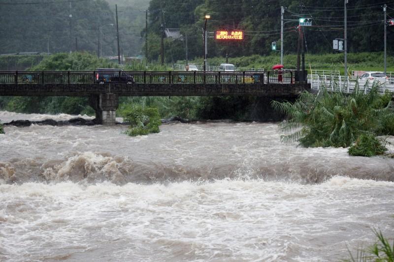 日本九州地區凌晨開始下起大雨,佐賀縣的時雨量超過110毫米,一輛汽車在佐賀武雄市被大水沖走,造成一男子死亡。(歐新社)
