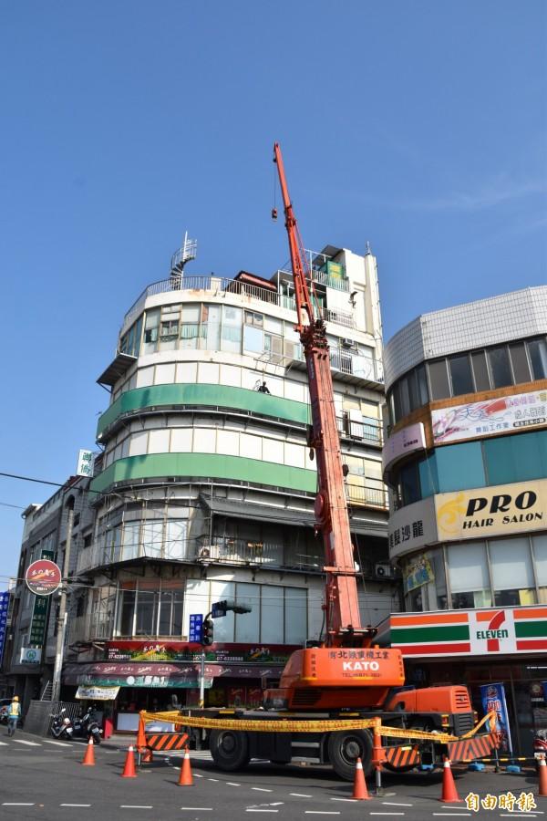高雄岡山最牛違建戶今天出現吊車施工, 網友在網路上一片撻伐。(記者蘇福男攝)