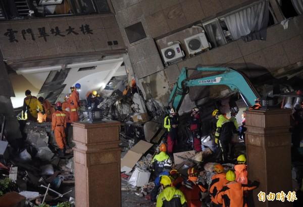 花蓮地區因規模6有感地震造成雲門翠堤大樓倒塌,因大樓傾斜暫停作業,經加固建築後,搜索工作持續進行。(記者黃耀徵攝)