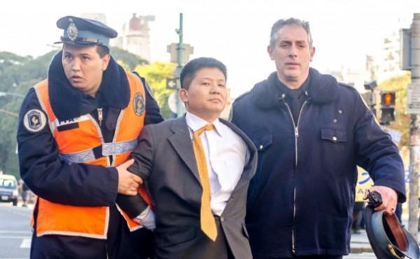警方現場逮捕一名對法輪功學員滋事的中領館官員。(圖擷取自大紀元電子報)