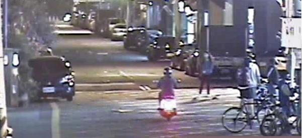 朱女騎經巷口時,溜滑板的女大生突然竄出。(記者許國楨翻攝)