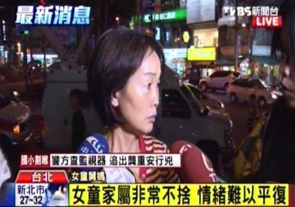 女童的舅媽也忙著趕往醫院,對孩子的遭遇感到相當不捨。(記者廖振輝攝)