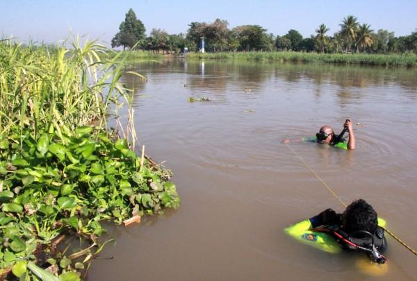 泰國警方在河中打撈遺體。(歐新社)