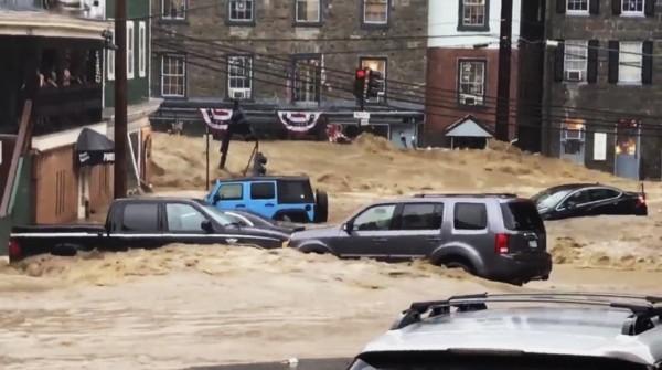 當地官員表示這比2年前受創更嚴重,一名國民警衛隊員在洪水暴漲時正在餐廳用餐,一名女顧客的貓受困在外,他試圖去救貓卻遭洪水沖走。(美聯社)