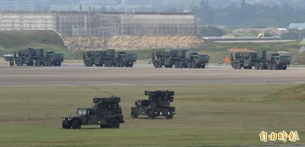 我國愛國者三型飛彈車疾駛而出,進行緊急疏散。(記者劉信德攝)