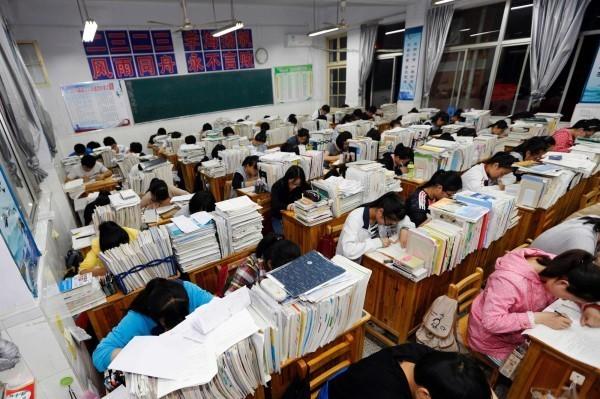 中國學生從小到大面臨沉重的考試壓力。(法新社)