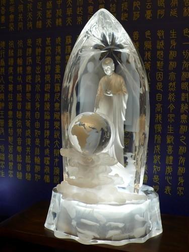 慈濟販賣售價33萬的「宇宙大覺者」雕像,被網友認為是造神,慈濟澄清雕像非證嚴法師,而是佛陀。(圖擷取自PTT網友oeoeoauch)