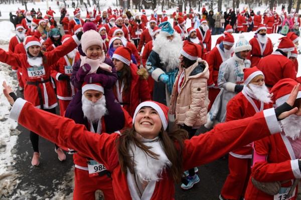 俄羅斯莫斯科也有不少民眾在寒冷的冬天,上街路跑慶祝耶誕。(法新社)