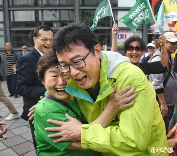 姚文智意外看到媽媽站在群眾之中,兩人驚喜相擁。(記者方賓照攝)