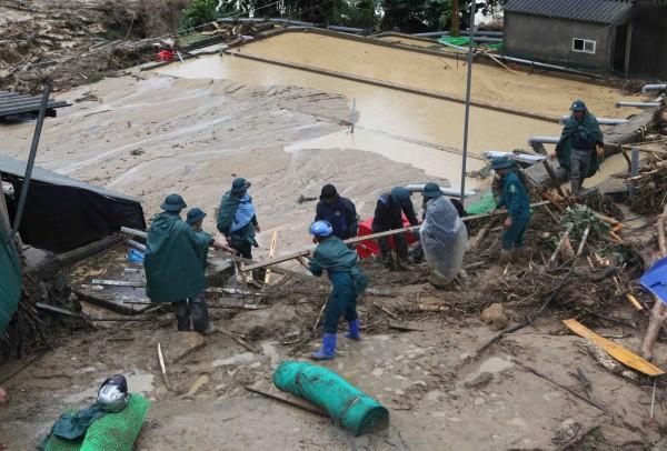 越南北部連日暴雨成災,多數道路都被摧毀。(路透)
