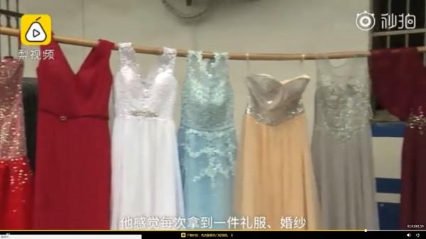 為滿足心理需求,中國一名55歲離婚男子3年內竊走81件婚紗及禮服。(圖擷取自梨視頻)