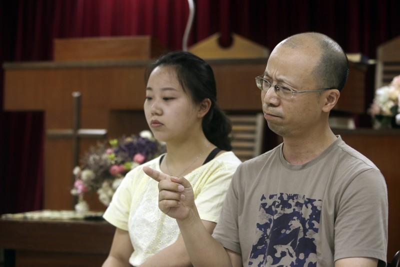 任瑞婷(左)表示,「你要知道,中國是一個絕對沒有宗教自由的地方。」並直指,迫害中國基督徒所應有的宗教自由的人,正是當今的中國政府。(圖擷取自美聯社)