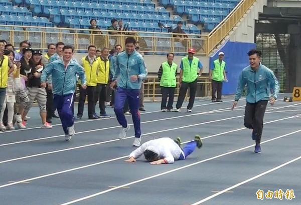 台北市長柯文哲今日視察台北田徑場工程,試跑田徑場跑道時,不慎跌倒。(記者方賓照攝)