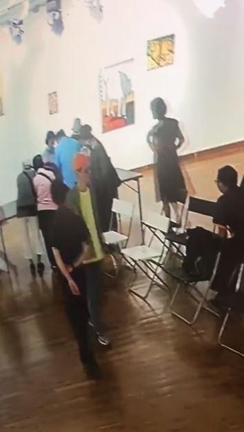 有大學生辦展覽卻遭一群老人闖進展場,將會上茶點全部搜刮帶走。(圖擷取自臉書)