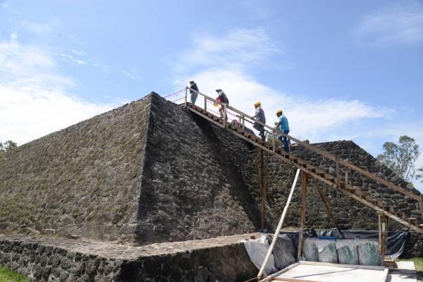研究團隊持續進行金字塔遺跡修復工作。(歐新社)