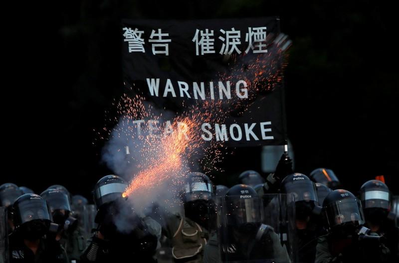 有香港民眾拍下警察在停車場偷換黑衣、白衣的影片,網友懷疑有警察混入群眾故意滋事。(路透)