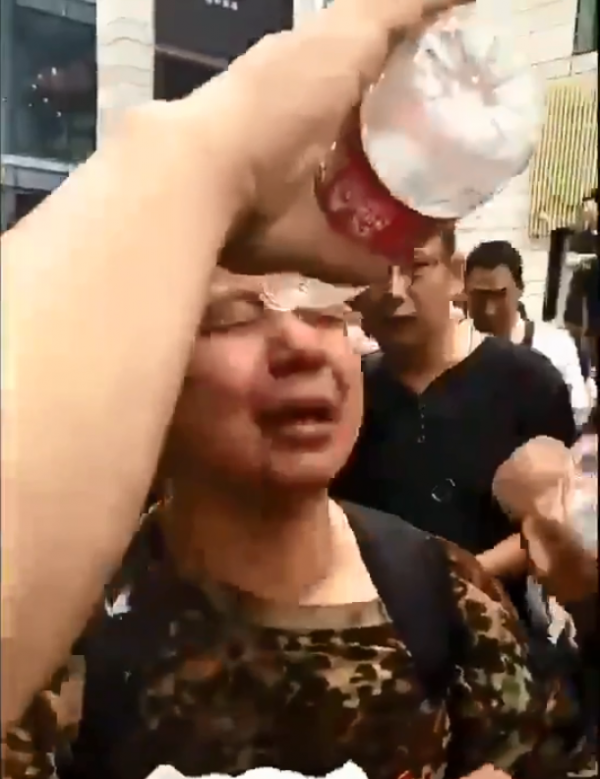 中國老兵為了前往四川省政府抗議,過程與警方與國安人員起激烈衝突。圖為老兵遭辣椒水潑臉。(擷自twitter)