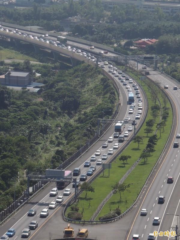 高公局統計,大年初三國道全線寫下交通量新紀錄。圖為2月7日年初三國道五號雪山隧道北向入口前湧現車潮,一度回堵9公里。(資料照,記者江志雄攝)