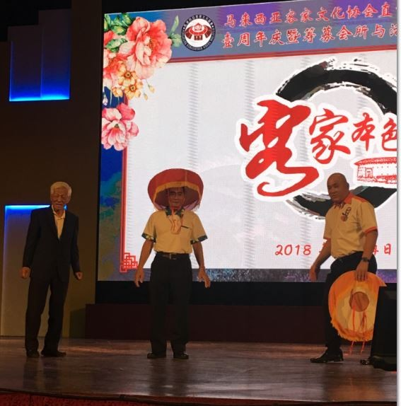 新北市客屬文化協會日前組團前往馬來西亞與客屬團體文化交流,當地的客家文化團體重視來訪,特贈皇冠以表敬意。(圖由陳元勳提供)