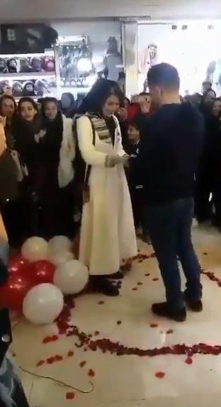 情侶公開求婚,眾人給予祝福。(圖擷自推特)