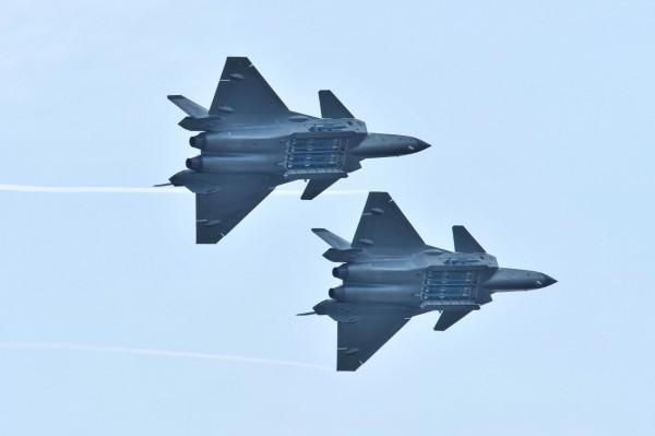 美國空軍專家表示,殲-20離歐美先進的戰機還差了一大截,連F-15這種老式的戰機都可能輕易擊敗它。(路透)