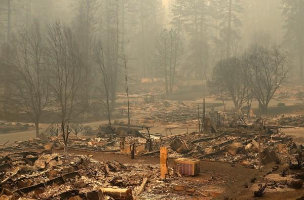 多處民宅被野火摧毀殆盡。(法新社)