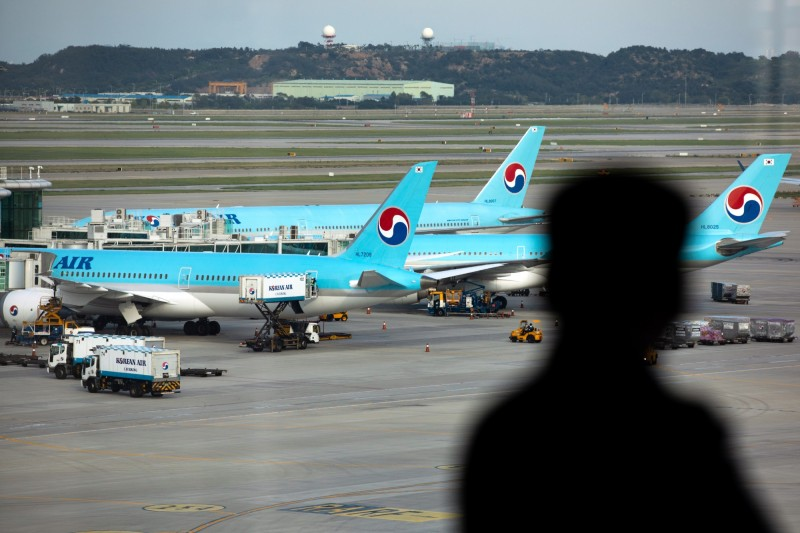 南韓最大航空公司「大韓航空」宣布,將大幅縮減赴日航班,停飛多條對日航線。(彭博)