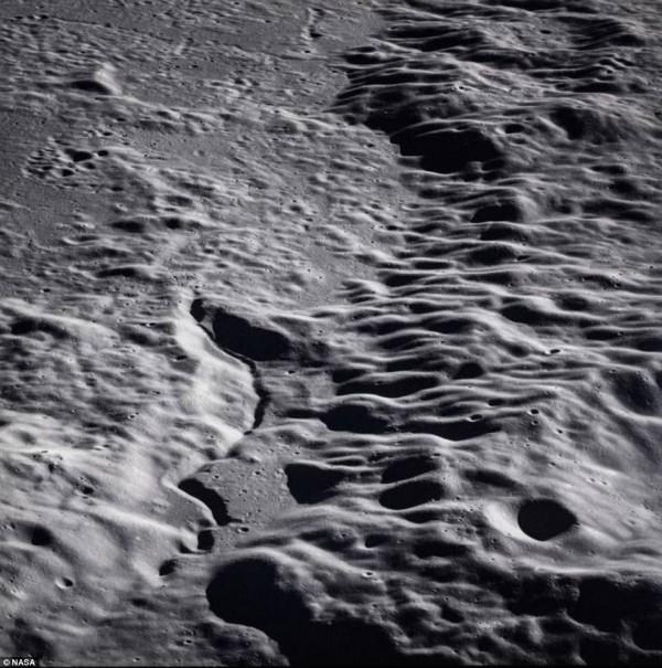 阿波羅15號拍下月球表面熔岩硬化的景觀。(圖擷自DailyMail)