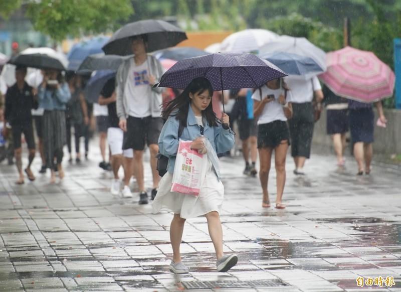明(22)日中南部、東半部都有短暫陣雨或雷雨機會,其他地區則要注意午後雷陣雨。(資料照,記者黃志源攝)