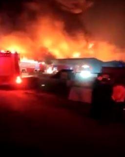 中國一處倉庫發生爆炸意外,或是延燒猛烈,面積高達3000平方公尺。(圖擷自微博)