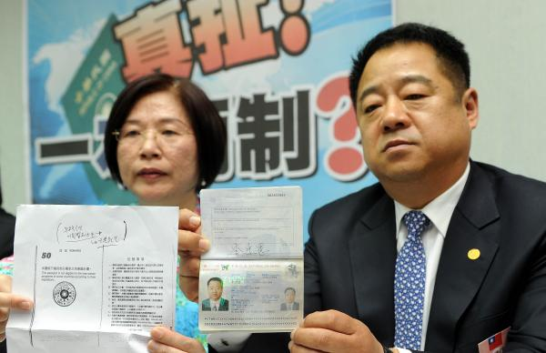 首爾華僑協會理事長李忠憲(右)今日在立法院國民黨團表示 ,他拿中華民國護照,但無法享受130多國免簽證待遇 ,甚至回台灣還要申請簽證,盼政府改善。(上圖及下圖,記者朱沛雄攝)