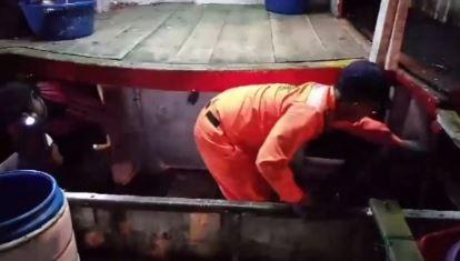 海巡署人員採破艙方式,在南方澳漁船密艙內查獲私菸。(記者江志雄翻攝)